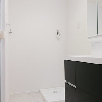 洗面台、洗濯機があっても余裕のある脱衣所。