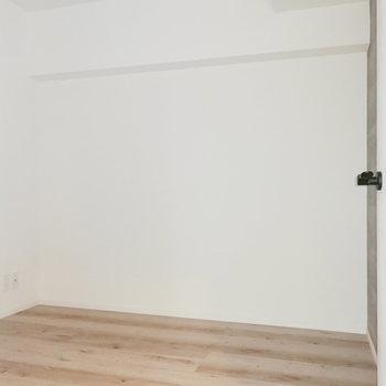 【洋室4.5帖】こちらは子ども部屋または書斎などに。