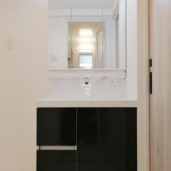 洗面台の黒が空間を引き締めていますよ。