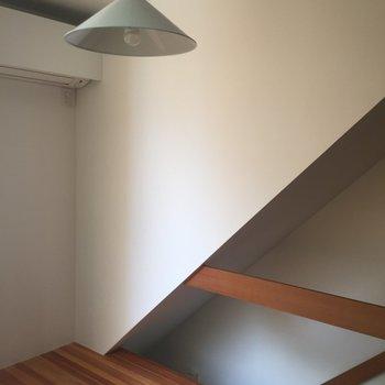 【上階】この白の壁と深い木の色と日陰の良い関係。夜は暖色のあったかい灯りが楽しみ。※写真は前回募集時のものです
