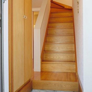 振り返ると、階段。