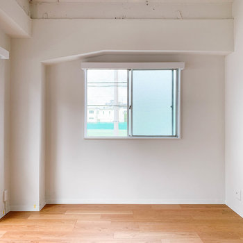 【洋室】右側にも窓。日当たりの良さが嬉しい。