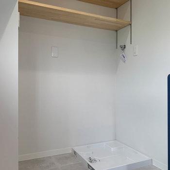 【LDK】奥に、洗濯機置き場と冷蔵庫置き場です。家事はまとめてやれちゃいます。
