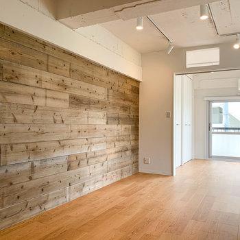 【LDK】無垢床ならぬ、無垢壁。リビングに落ち着いた雰囲気を出してくれてます。