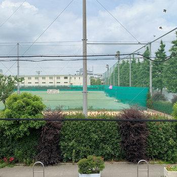 お部屋の窓からは中学校が見えます。