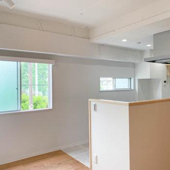 【LDK】角部屋なので、キッチン側に窓がついています。見える緑の心地よさ。