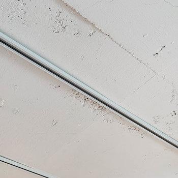 【ディテール】コンクリ白塗装の、ざらっとした質感がアクセント。