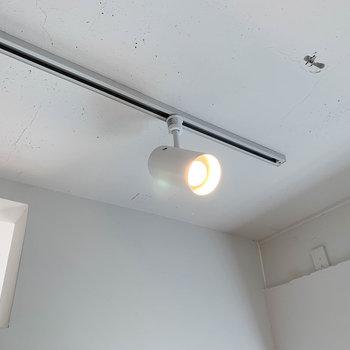 【ディテール】お部屋の照明はライティングレールです。当てる角度を変えると、また違った雰囲気に。