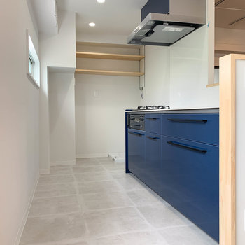 【LDK】さて、キッチンエリアです。床が変わる演出がにくいな〜