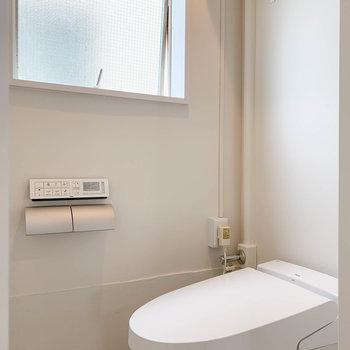 窓があるので、換気のしやすいトイレ。上に木の棚がさりげなくついています。