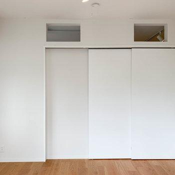 【洋室】引き戸を閉めれば空間を分けれます。眠る時などは、このように。