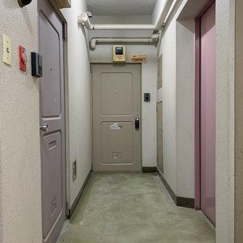 こちらがお部屋前の共用部。レトロかわいい。