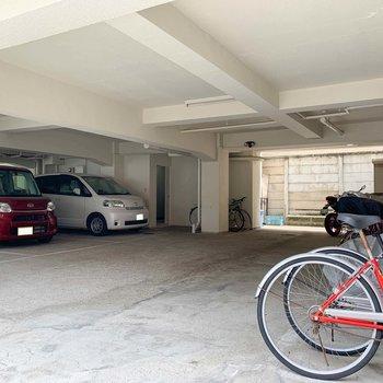 1階部分が駐輪場と駐車場。