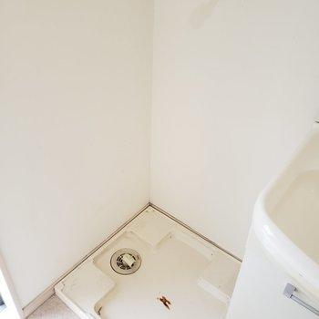 洗面台のお隣で使いやすそう!(※写真は清掃前のものです。)