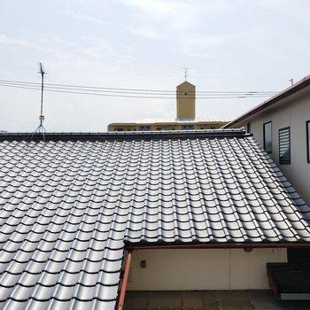 お隣の屋根が見えます。