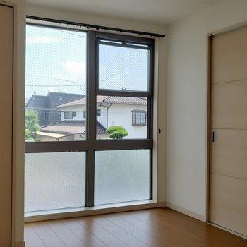 これだけ窓があるとカーテン揃えるのも大変かな・・笑(※写真は清掃前のものです。)