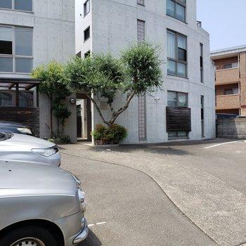 マンション前に駐車場があります、
