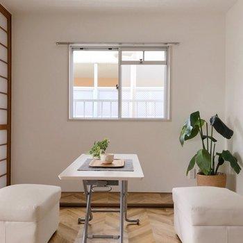 窓がちょこんとあるのがかわいい。(※写真の家具は見本です)