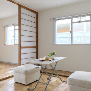 角部屋だから窓が並んで。床を見ると段差になっているのね。棚おくか!(※写真の家具は見本です)