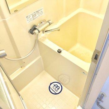 バスルームはせまいかも!だけどサーモ水栓なのはうれしい。