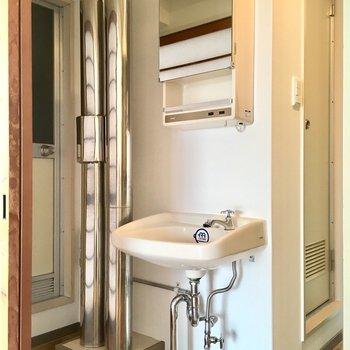 むき出し、丸見えパイプと洗面台がもはやかっこいい。