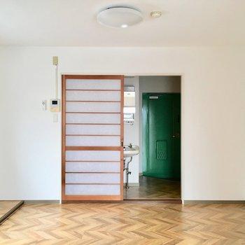 玄関の緑がちらりと。洋室はそれぞれ6帖なのに広く感じます。
