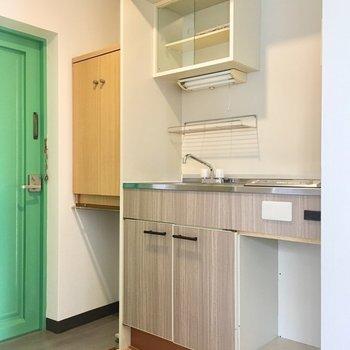 キッチンはコンパクトです。ベージュがなんだかかわいいね。
