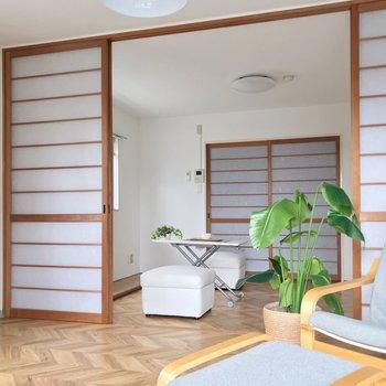洋室はそれぞれ6帖なのに広く感じます。(※写真の家具は見本です)