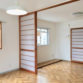 角部屋だから窓が並んで。床を見ると段差になっているのね。棚おくか!