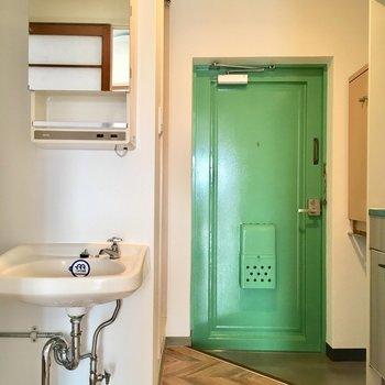 玄関はグリーン。映える〜!
