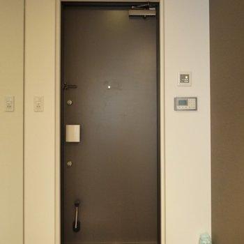 玄関の床に区切りがないので、そのまま中まで靴で入っちゃいそうになります(※写真は5階の同間取り別部屋のものです)