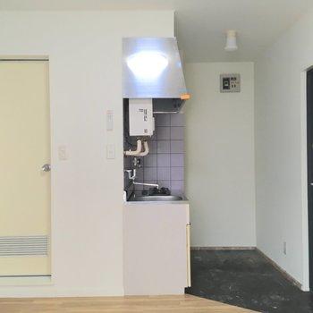 キッチンは玄関前に。