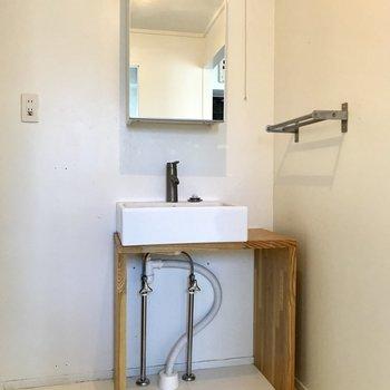 キッチンと同じように、温かみのある洗面台。(※写真は清掃前のものです)