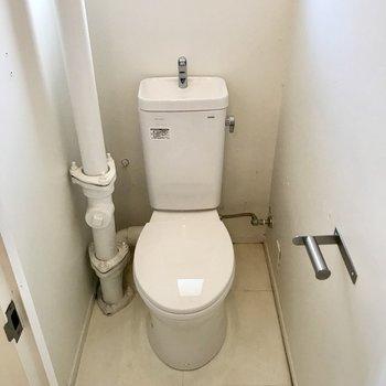 トイレのむき出しの配管が素敵!(※写真は清掃前のものです)