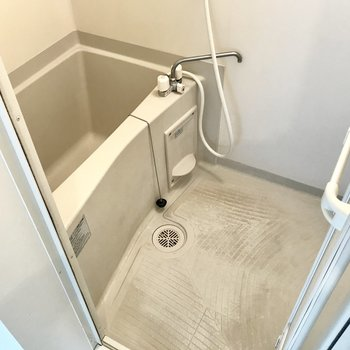 お風呂はシンプルね。鏡は持ち込みましょう。(※写真は清掃前のものです)