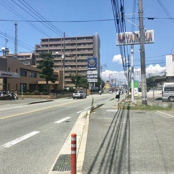 大通りの「八軒屋」バス停から西鉄&JR久留米駅まで1本です。