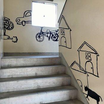 共用部には可愛いイラストがありました。(1階のお部屋だけど階段のぼってみたい!)