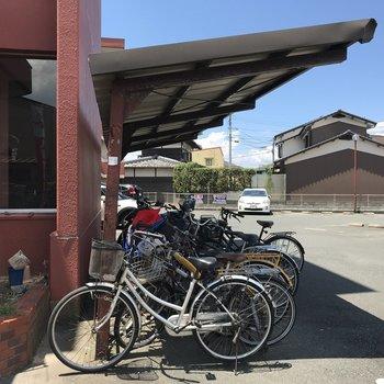 駐車場に駐輪場も。
