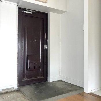 水回りの横にむき出しの玄関。シューズボックスはないのでこれもDIYで!
