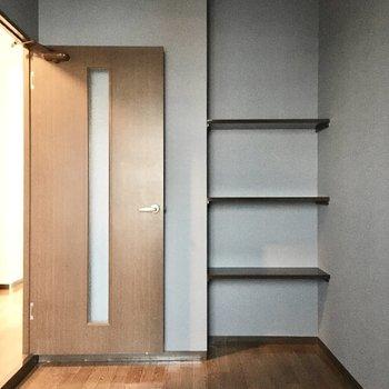 洋室①】飾り棚にはこだわりのインテリアを。