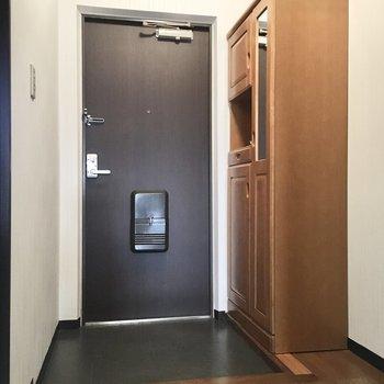 玄関には鏡付きのシューズボックス。