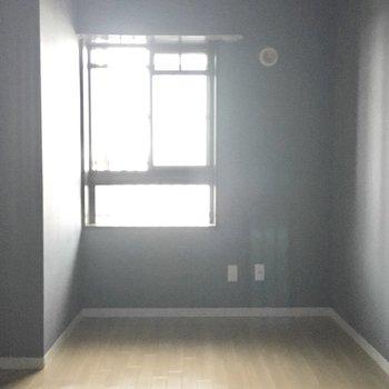 洋室②】こっちのお部屋の床はナチュラルカラー。