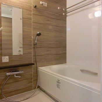 浴室乾燥、追い炊き機能のあるバスルーム(※写真は8階の同間取り別部屋のものです)
