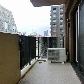 横幅のある広いめのバルコニー(※写真は8階の同間取り別部屋のものです)