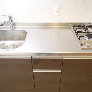 2口コンロの広さも十分のキッチン(※写真は8階の同間取り別部屋のものです)