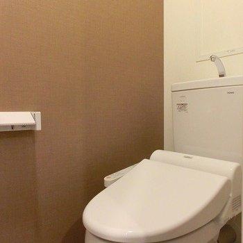 まあるい可愛らしいカタチのウォシュレットのトイレ(※写真は8階の同間取り別部屋のものです)