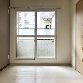 寝室の窓は大きめタイプ
