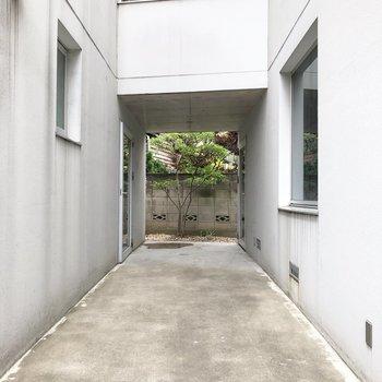お部屋まで、左奥の扉から入って階段を登っていきます。