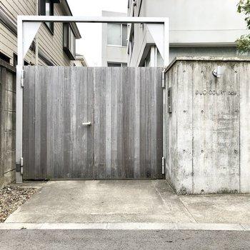 木製のゲート。とってもクール。