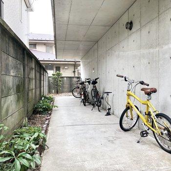 自転車置き場には、頼もしいコンクリ屋根。